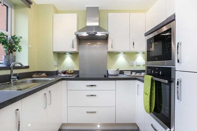 2 bedroom flat for sale in Station Road, Hook