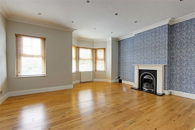 2 bed flat to rent in Hoppers Road, London