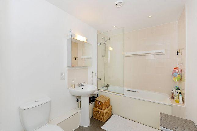 Bathroom of Phoenix Heights East, 4 Mastmaker Road, London E14