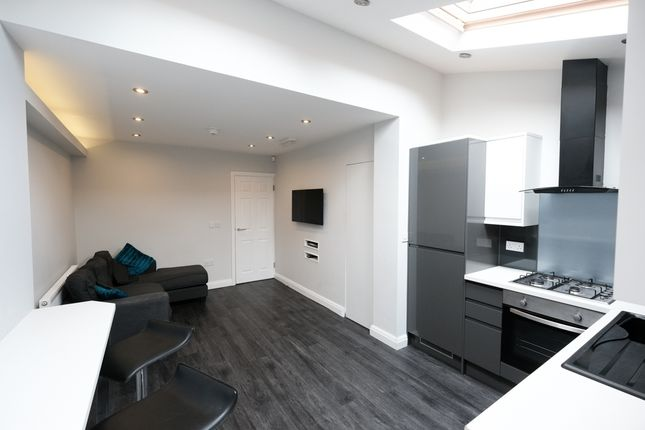 Thumbnail Shared accommodation to rent in Crown Street, Preston, Lancashire