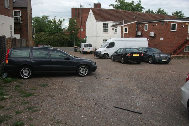 Parking/garage to let in Adelaide Street, Luton, Bedfordshire
