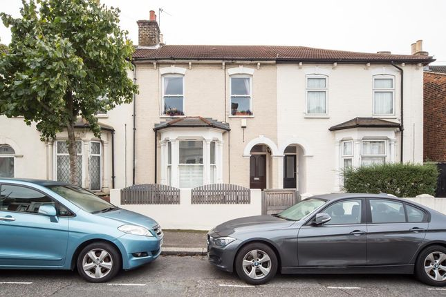 2 bed flat to rent in Granville Road, London