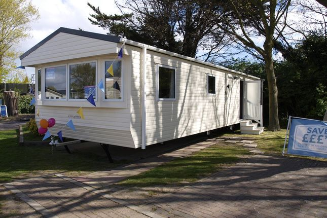 2 bed mobile/park home for sale in Hall Lane, Walton On The Naze