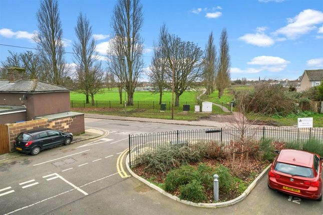 Thumbnail Flat to rent in Long Lane, Stanwell, Staines