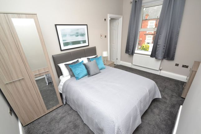 Thumbnail Room to rent in Clifford Place, Churwell, Leeds