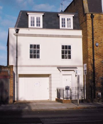 Thumbnail Town house to rent in Hampton Court Road, East Molesey