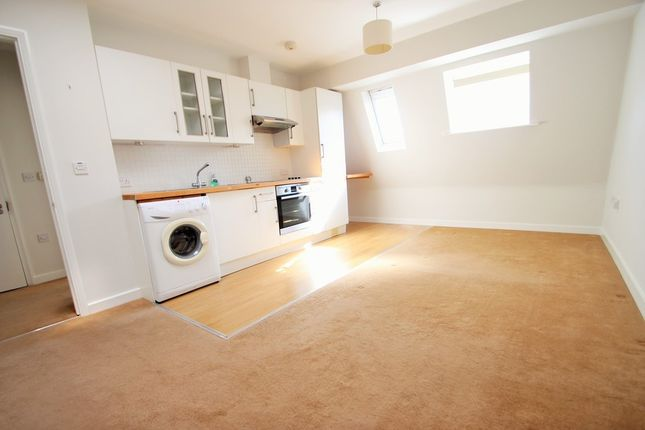 Thumbnail Flat to rent in Walton Road, East Molesey
