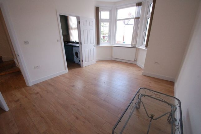 3 bed flat to rent in Park Road, Hendon