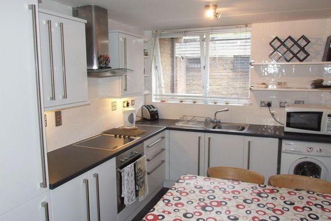 3 bed flat to rent in Burr Close, Wapping
