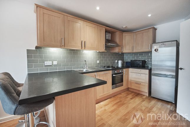 3 bed flat to rent in St. John's Road, London SW11