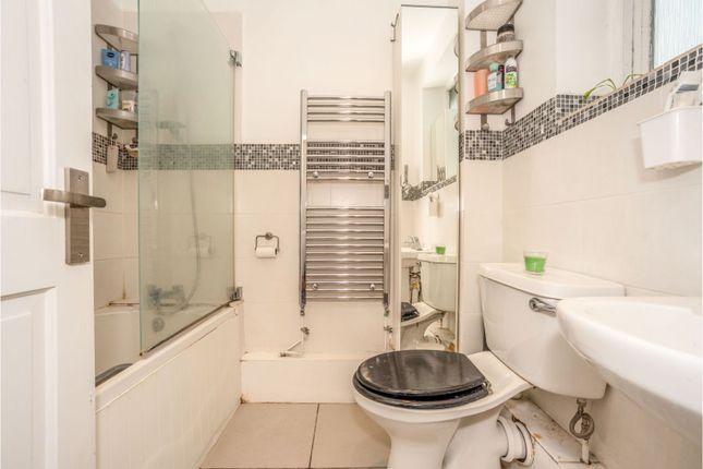 Bathroom of Amblecote Meadows, Grove Park SE12
