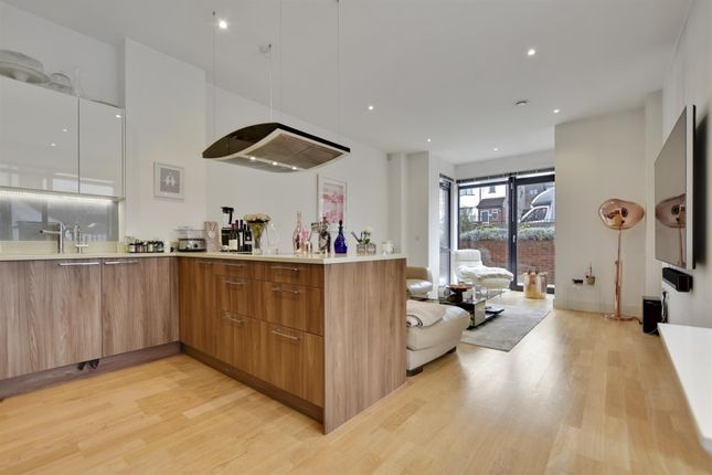 Thumbnail Flat for sale in Fairmont Mews, London