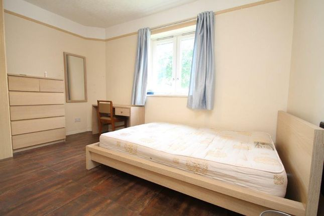 3 bed flat to rent in Burbage Close, London