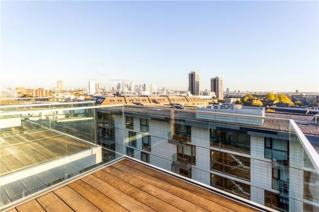Thumbnail Flat to rent in Perilla House, 1 Chaucer Gardens, London