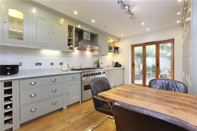 Thumbnail Flat to rent in Clapham Common North Side, Battersea, London