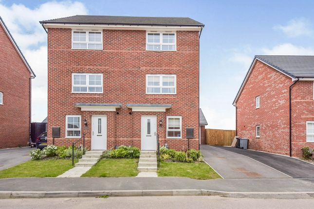 Thumbnail Town house for sale in Pembroke Avenue, Grantham