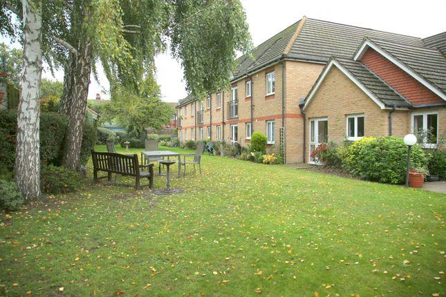 Thumbnail Flat to rent in Mervyn Road, Shepperton
