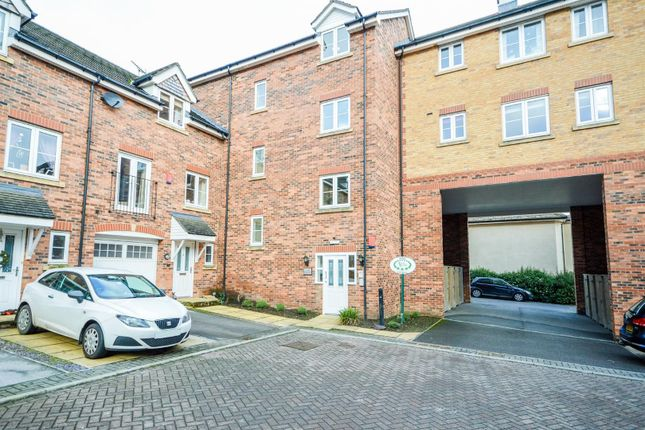 2 bed flat to rent in Moorcroft Court, Ossett WF5