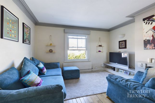 2 bed maisonette to rent in Walton Road, West Molesey KT8