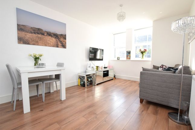 2 bed flat to rent in Mercury Gardens, Romford RM1