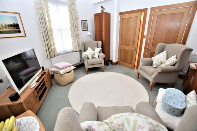 Bedroom One / Lounge