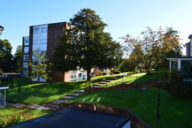 2 bed flat to rent in Paddockhall Road, Haywards Heath RH16