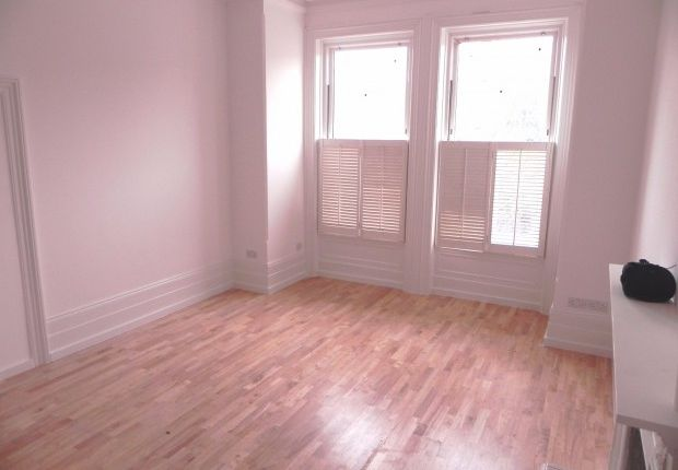 Thumbnail Flat to rent in Lawrence Road, London