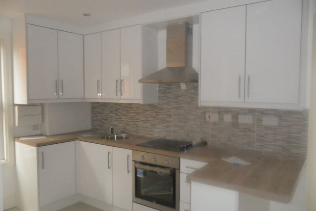 2 bed flat to rent in Waverley Road, Reading RG30