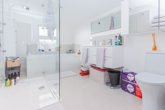 Bathroom of Scarborough Street, Irthlingborough, Wellingborough NN9