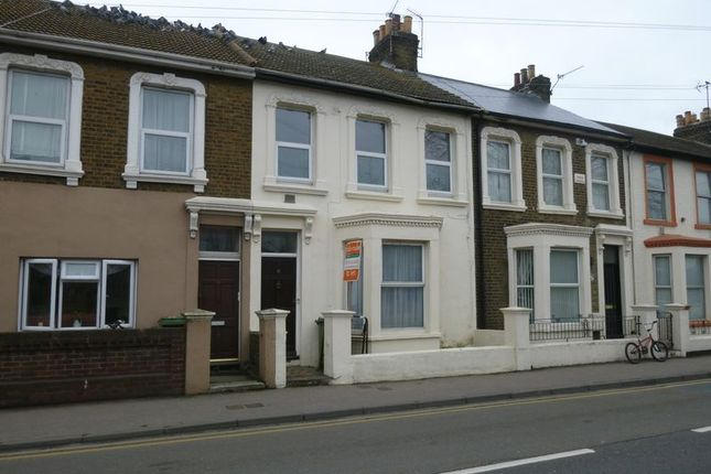 2 bed flat to rent in Trinity Road, Sheerness