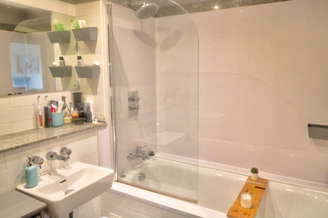 Bathroom of Isaac Way, Manchester M4