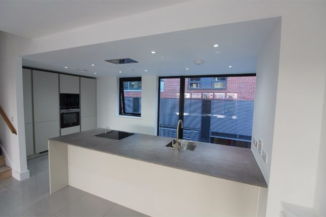 Thumbnail Town house to rent in Residenza, Loom Street, Manchester