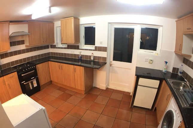 Thumbnail Shared accommodation to rent in Newark Street, London