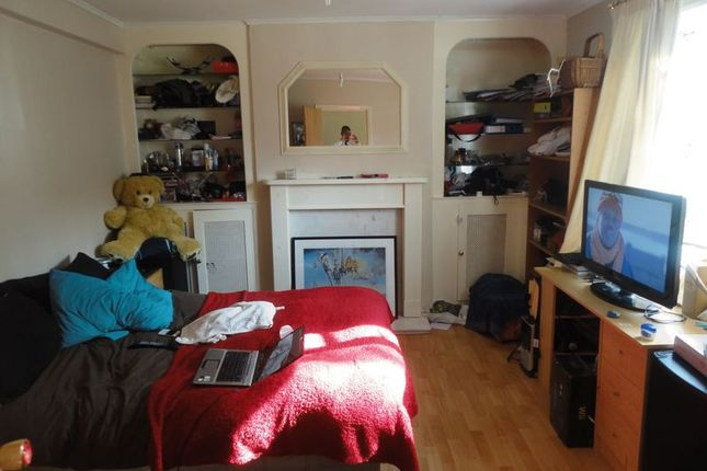 Thumbnail Semi-detached house to rent in Peartree Avenue, West Drayton