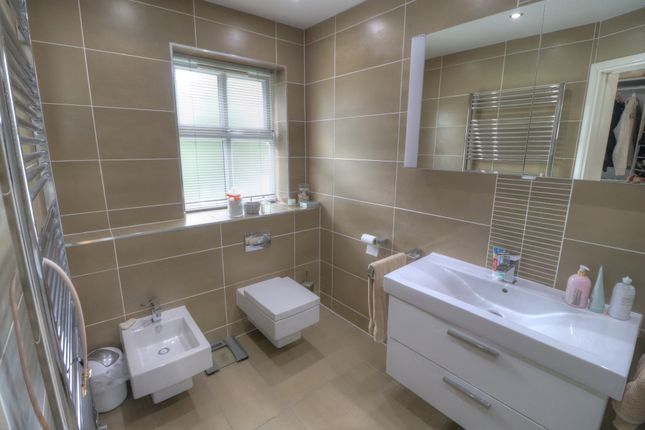 En Suite of Oakfield Close, Bramhall, Stockport SK7
