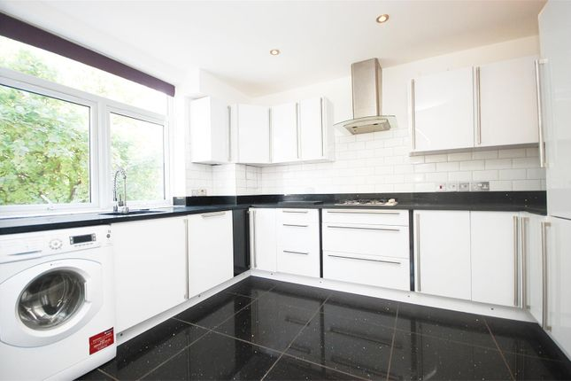 2 bed flat to rent in Park Gate Court, High Street, Hampton Hill, Hampton