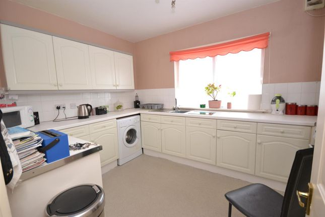 Thumbnail Flat to rent in Meadow Way, Jaywick, Clacton-On-Sea