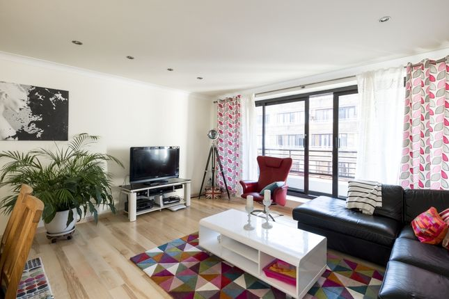 2 bed flat to rent in Pembroke Road, London