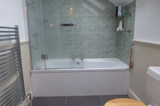 Bathroom of Queen's Cottages, Reading RG1