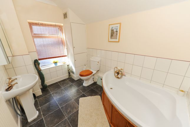Bathroom of Compton Street, Chesterfield S40