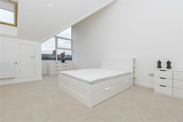 4 bed terraced house to rent in Valley Road, London
