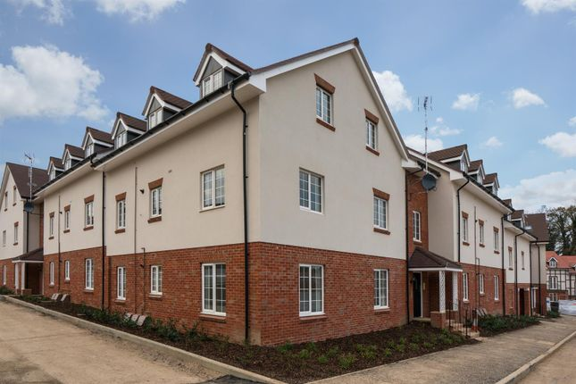 Thumbnail Flat for sale in Grange Road, Chalfont St Peter