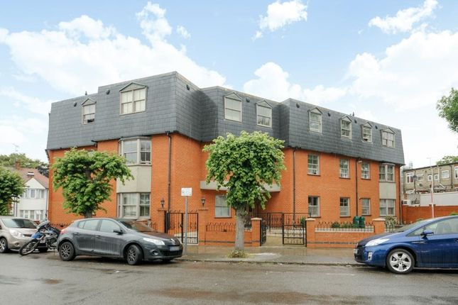 3 bed flat to rent in Heather Gardens, London