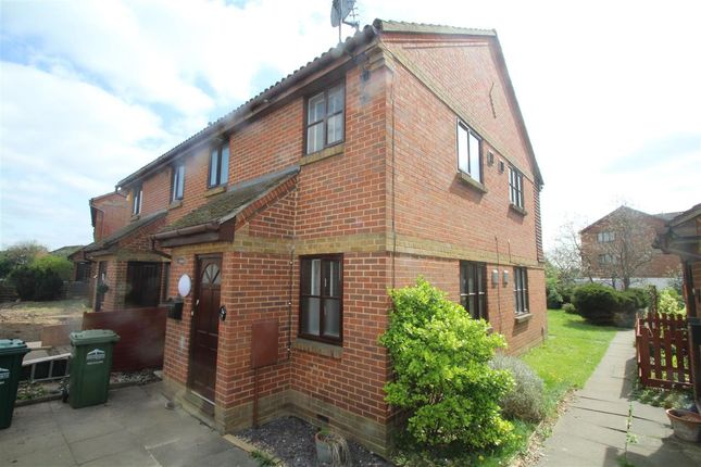 Main Picture of Dutch Barn Close, Stanwell, Staines TW19