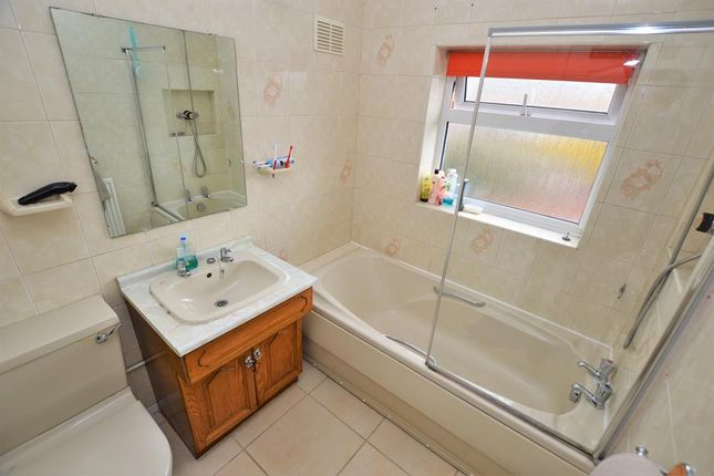 Family Bathroom of Mayfield Drive, Wigston LE18