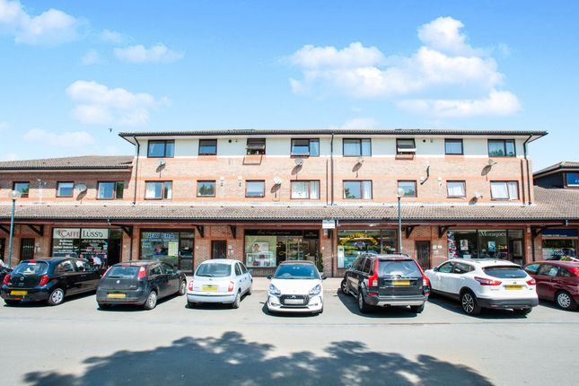 2 bed flat to rent in Falkners Close, Fleet