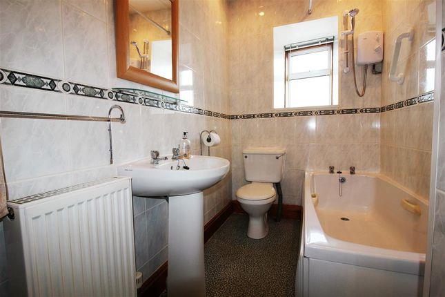 Bathroom of Mungalhead Road, Falkirk FK2