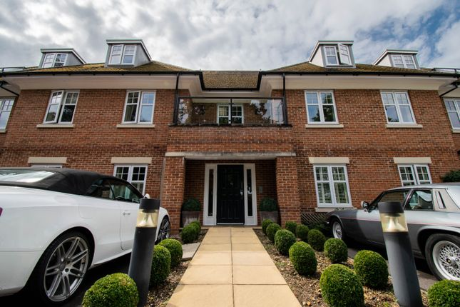 Thumbnail Flat to rent in Lawnswood, Beaconsfield