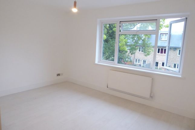 2 bed maisonette to rent in Hilary Avenue, Mitcham