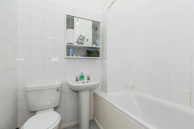 Family Bathroom of Charteris Road, Queens Park, London NW6